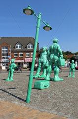 Westerland  Deutschland  Figuren Reisende Riesen im Wind auf dem Bahnhofsvorplatz auf Sylt