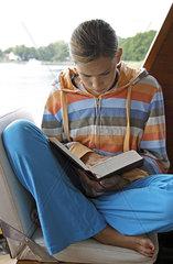 Maedchen liest Buch