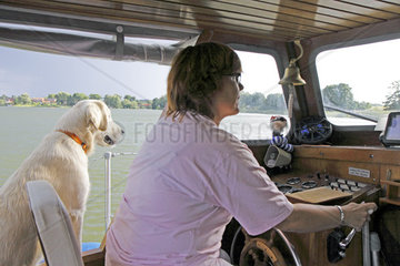 Frau steuert Boot