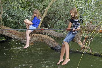 Zwei Maedchen angeln