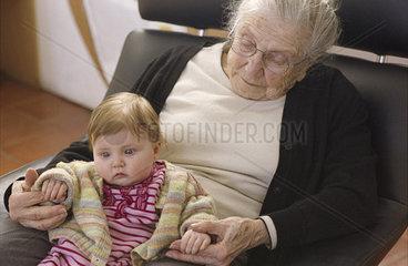 Alte Frau mit Urenkel