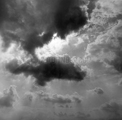 Wolken Sonnenstrahlen s/w