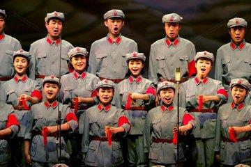 China  Peking. Auffuehrung eines Chors mit dem Thema Langer Marsch