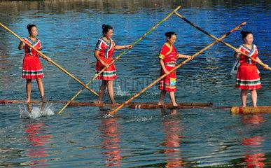 China  Fahren mit dem Einzel-Bambus-Floss