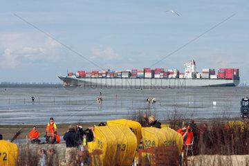 Cuxhaven  Deutschland  beladenes Containerschiff vor der Kueste