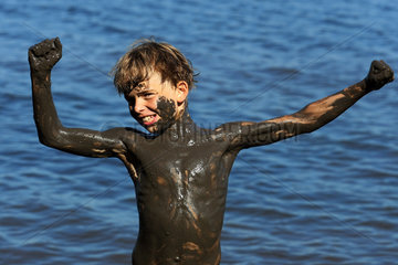 Bolsena  Italien  Junge albert dreckverschmiert am Wasser herum