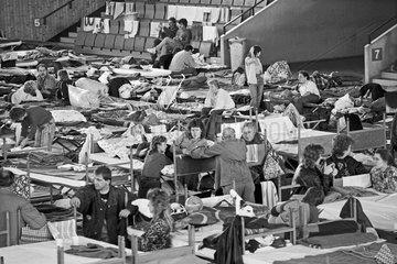 DDR-Fluechtlinge im provisorischen Aufnahmelager in Hof  1989