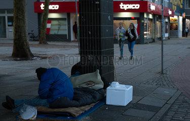 Deutschland  Bremen - Obdachloser in der schaebigen Gegend Am Breiten Weg  im Stadtzentrum  Naehe Hauptbahnhof