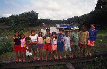 Kinder im brasilianischen Amazonasgebiet