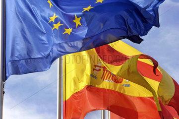 europaeische u. spanische Flagge