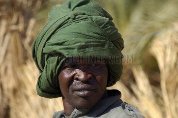 Dunkelhaeutiger junger Mann mit gruenem Durban