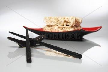 Asiatische Nudeln mit Staebchen