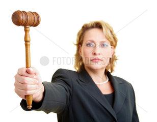 Richterin haelt Richterhammer