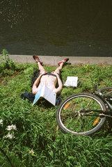 Sonnenbadender an einem Kanal in Berlin