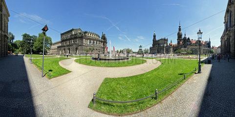 Dresden  Deutschland  Blick vom Zwinger auf den Theaterplatz