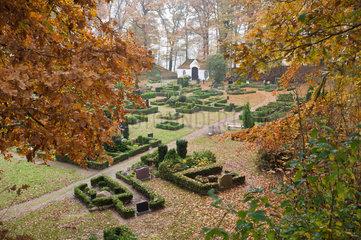 Burg  Deutschland  Herbststimmung auf dem Friedhof in der Boekelnburg