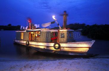 Abendstimmung auf einem Fischerboot im Amazonas
