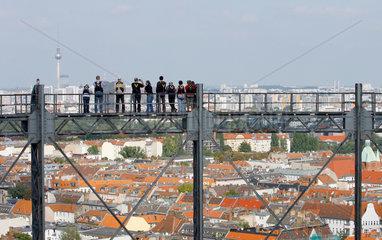 Berlin  Deutschland  Besucher auf dem Gasometer in Berlin-Schoeneberg