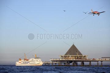 Ausflugsdampfer ADLER DANIA und Kleinflugzeug an der Seebruecke in Heringsdorf