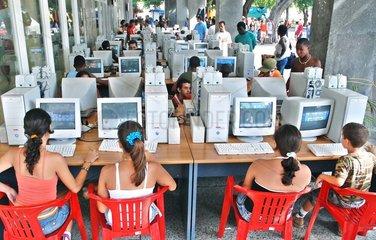 Kuba  Menschen in einem Computerclub