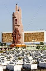 Vietnamesischer Heldenfriedhof mit symmetrischen Graebern