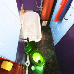 Altes Badezimmer mit Badeofen