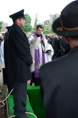 Bad Krozingen  Deutschland  ein Pfarrer auf einer Beerdigung