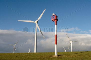 Emden  ein Seezeichen am Deich bei Emden mit dem Windpark Wybelsuner Polder im Hintergrund