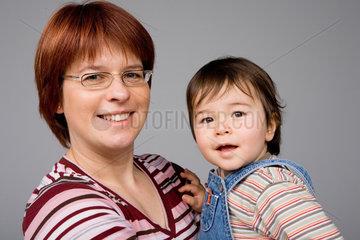 Riedlingen  Portraet einer Frau mit einem Kind auf dem Arm