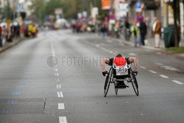 Berlin  Deutschland  Rollstuhlfahrer beim Marathon hat den Anschluss verloren