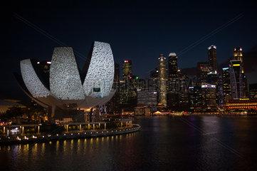 Singapur  Republik Singapur  ArtScience Museum und Geschaeftsviertel in Marina Bay