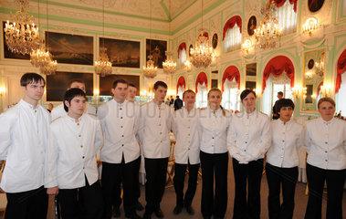 Sankt Petersburg  Russland  Servicepersonal fuer ein Galadiner im Palast von Peterhof
