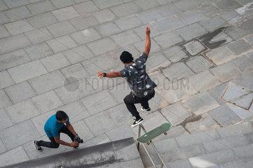 Singapur  Republik Singapur  Skateboardfahrer in Marina Bay