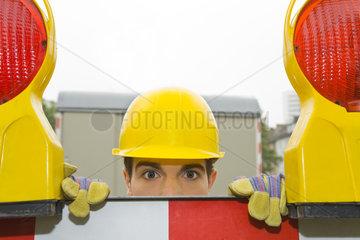 Bauarbeiter hinter Absperrung