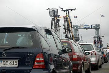 Norderney  Deutschland  Autoschlange vor einer Faehre