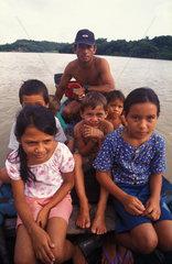 Kinder auf dem Schulweg am Amazonas