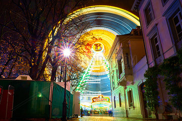 Beleuchtetes Riesenrad am Muensterplatz