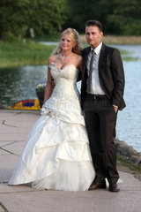Berlin  Deutschland  Brautpaar am See