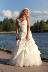 Berlin  Deutschland  eine Braut im Brautkleid am See