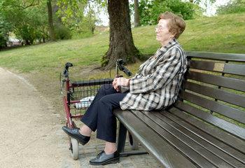 Braunschweig  eine Seniorin im Park
