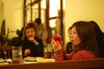Japanische Maedchen im Muenchner Hofbraeuhaus