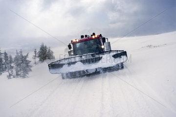 Schneeraupe in den Ukrainischen Ostkarpaten