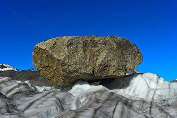 Grosser Felsblock  Findling  auf dem Gornergletscher  Zermatt  Wallis  Schweiz