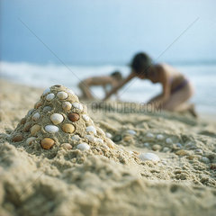 Zwei Personen am Strand