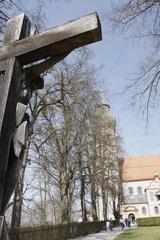 Holzkreuz vor dem Kloster Andechs