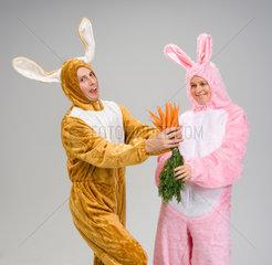 Riedlingen  ein Mann und eine Frau verkleidet als Hasen