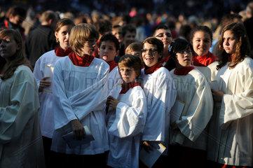 Berlin  Deutschland  Ministranten bei der Papstmesse im Berliner Olympiastadion