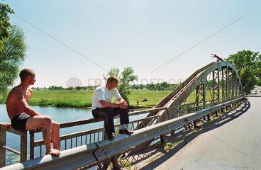 Jugendliche auf einer Bruecke  Russland (Kaliningrad)