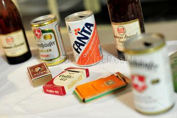 Hannover  Deutschland  Dosen  Flaschen und Zigarettenschachteln aus den 1960er-Jahren