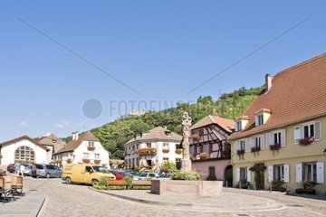 Brunnen auf einem Platz in der Altstadt von Ribeauville
